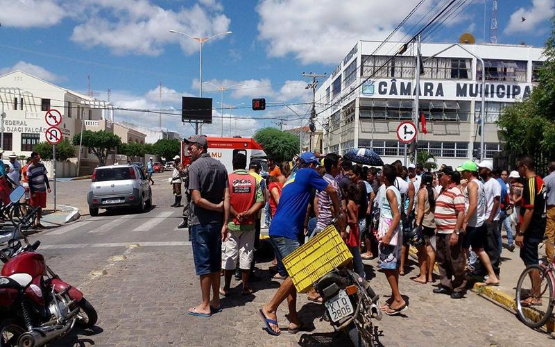 ACIDENTE-02-Copy Mulher perde controle de moto e cai no centro de Monteiro