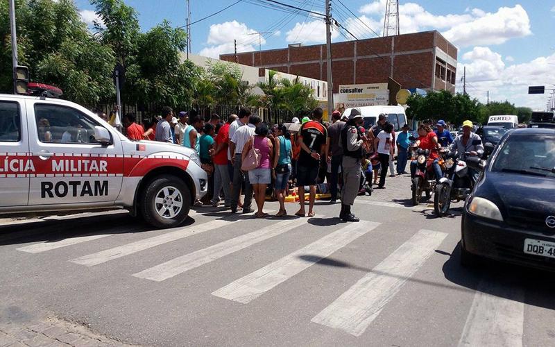 ACIDENTE-03-Copy Mulher perde controle de moto e cai no centro de Monteiro