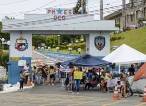 timthumb-37-300x218 Familiares de policiais Paraibanos ameaçam impedir saída de viaturas de batalhões
