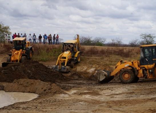 timthumb-45 Prefeitos Adriano Wolff e Dalyson Neves fazem parceria e limpam barragem