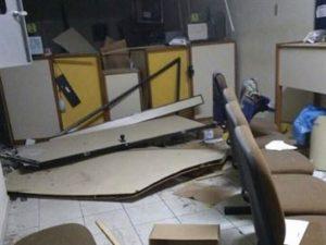 17421036280003622710000-1-300x225 Bandidos explodem agência dos Correios na PB e moradores relatam tiroteio