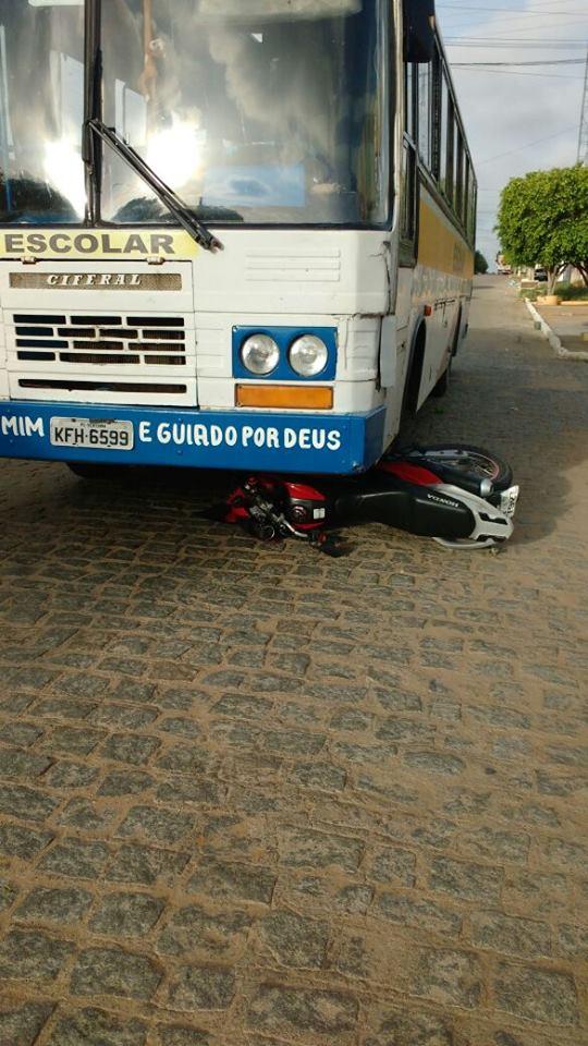 acidente-entre-onibus-e-moto-169x300 Colisão entre ônibus e moto deixa uma pessoa ferida em Monteiro