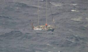 iate-300x179 Casal é resgatado na costa da Austrália após iate quebrar e enfrentar ondas gigantes
