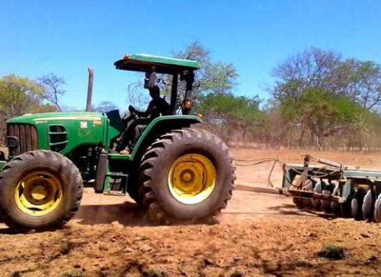 timthumb-4-1 Prefeitura de Zabelê realiza corte de terra para agricultores