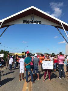 1ff2ff67-baf0-4b76-a879-c09f5976840e-225x300 Protesto no dia da greve geral é realizado em Monteiro