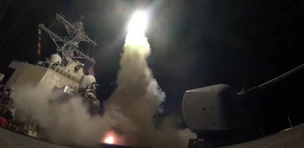 7abr2017-imagem-fornecida-pela-marinha-norte-americana-mostra-lancamento-de-missil-a-partir-destroyer-americano-em-ataque-a-base-aerea-siria-1491536020675_615x300 EUA lançam ataque com mais de 50 mísseis contra base aérea do governo sírio