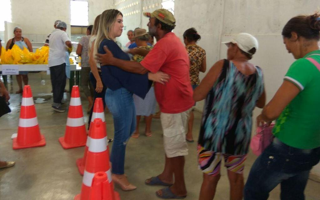 ana-lorena-02 Prefeitura de Monteiro faz distribuição de peixes e chocolates com a população