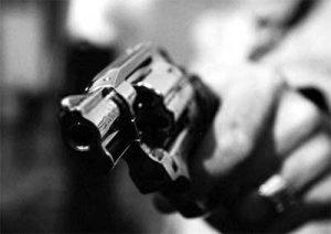 arma-assalto-300x212 Bandidos interceptam e roubam carro de padre no Cariri paraibano