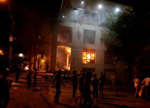 paraguai-300x216 Manifestantes incendeiam Congresso paraguaio após reeleição ser aprovada