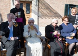 timthumb-8-300x218 Bento XVI comemora 90 anos bebendo cerveja com convidados