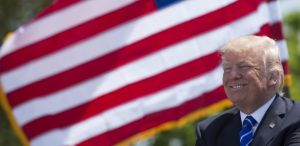 17mai2017-o-presidente-dos-eua-donald-trump-em-cerimonia-em-connecticut-1495107402278_615x300-300x146 Trump é muito trapalhão para viajar para fora dos Estados Unidos?