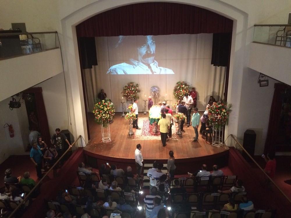 palco-do-teatro Corpo do cantor Belchior é velado em Sobral, interior do Ceará