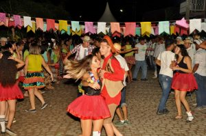19093016_1899997303606793_1986929872941360359_o-300x199 OPIPOCO mostra como foi a Terceira noite do festival de quadrilhas em Monteiro. Confira Imagens