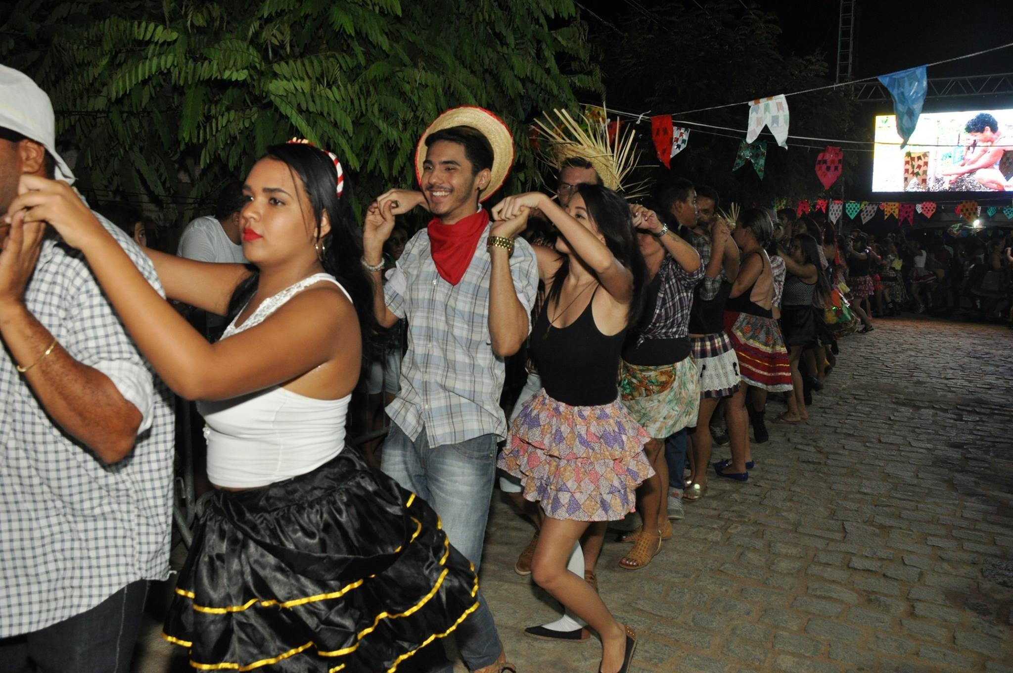 19144098_1899328900340300_3166885701914288316_o-1024x680 OPIPOCO mostra como foi a Segunda noite do festival de quadrilhas em Monteiro. Confira Imagens