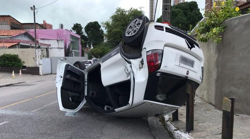 carro_800x500-800x445 Motorista do caminhão abandonou o veículo próximo ao local, por trás de um mercadinho.