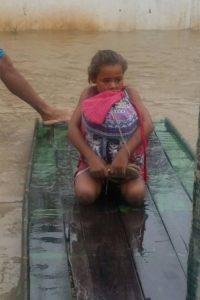 menina-salva-livros-em-enchente-200x300 Fugindo da enchente, menina pernambucana escolhe salvar livros e comove as redes