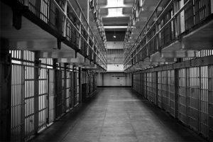 prisão-destaque-300x200-300x200 Pai é condenado à prisão perpétua por matar filhos