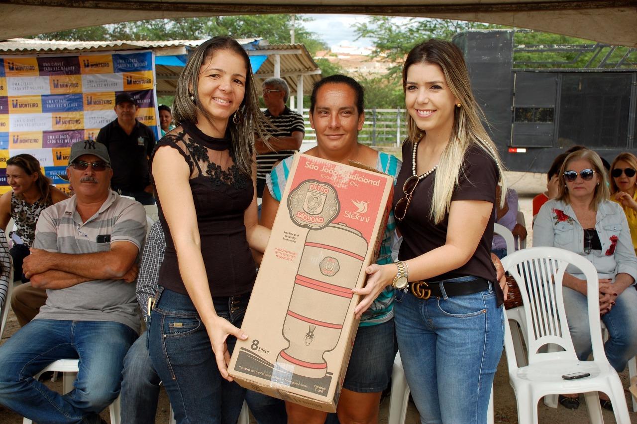 Filtros-PMM Prefeita Anna Lorena participa de evento para entrega de filtros de cerâmica e maquina Ensiladeira