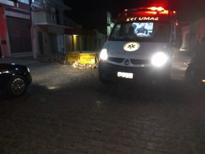 IMG_20170807_215148-300x225 Motociclista colide em placa de sinalização em Monteiro.