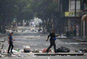 caracas-venezuela.jpeg02-300x202 Caracas sofre com lixo, violência, barricadas em ruas e falta de produtos