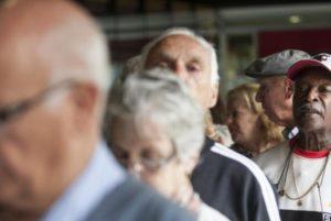 idosos-4-300x201 Aposentados e pensionistas começam a receber primeira parcela do décimo terceiro
