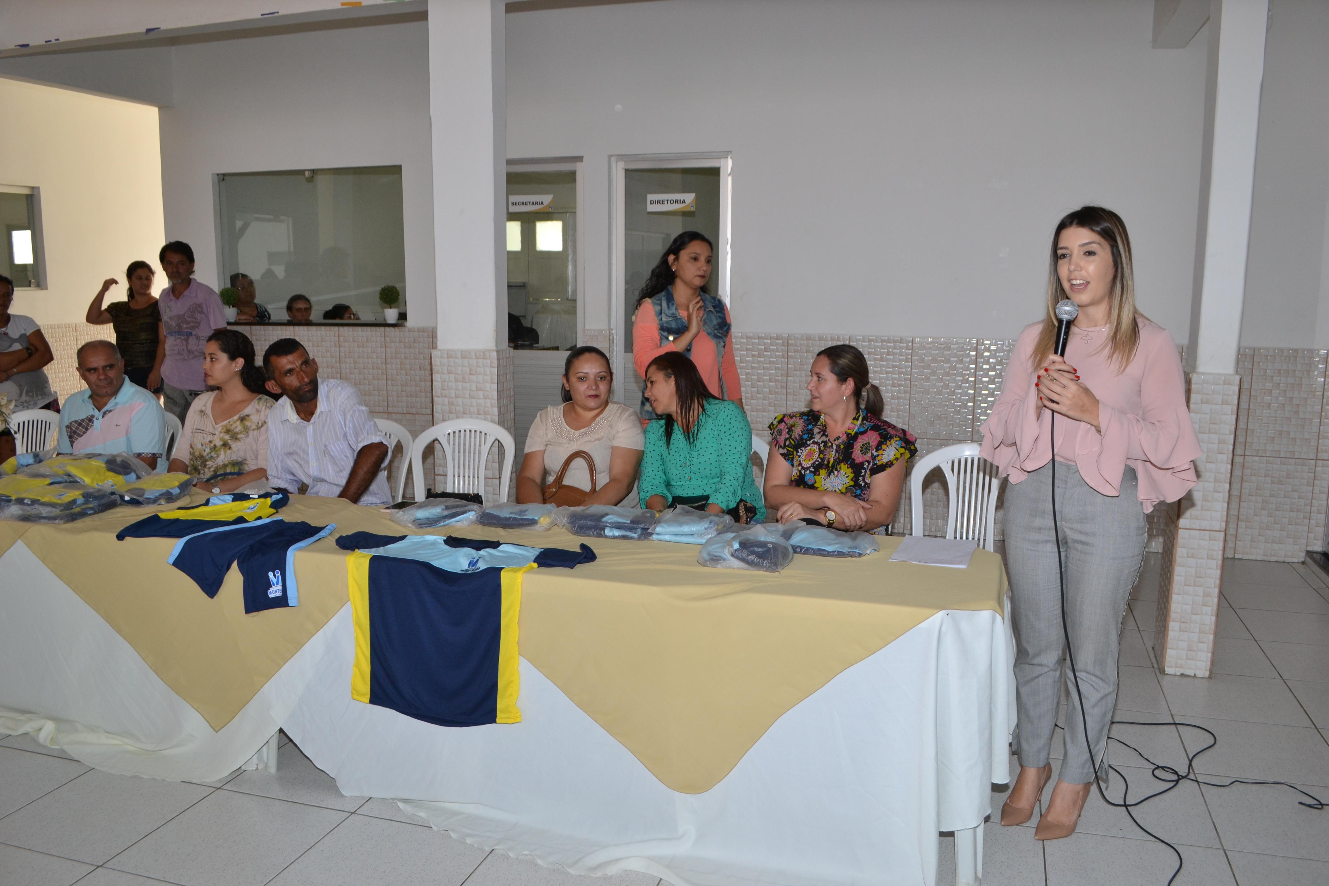 DSC_0363-300x200 Escolas Municipais de Monteiro recebem kit de fardamento das mãos da prefeita Lorena