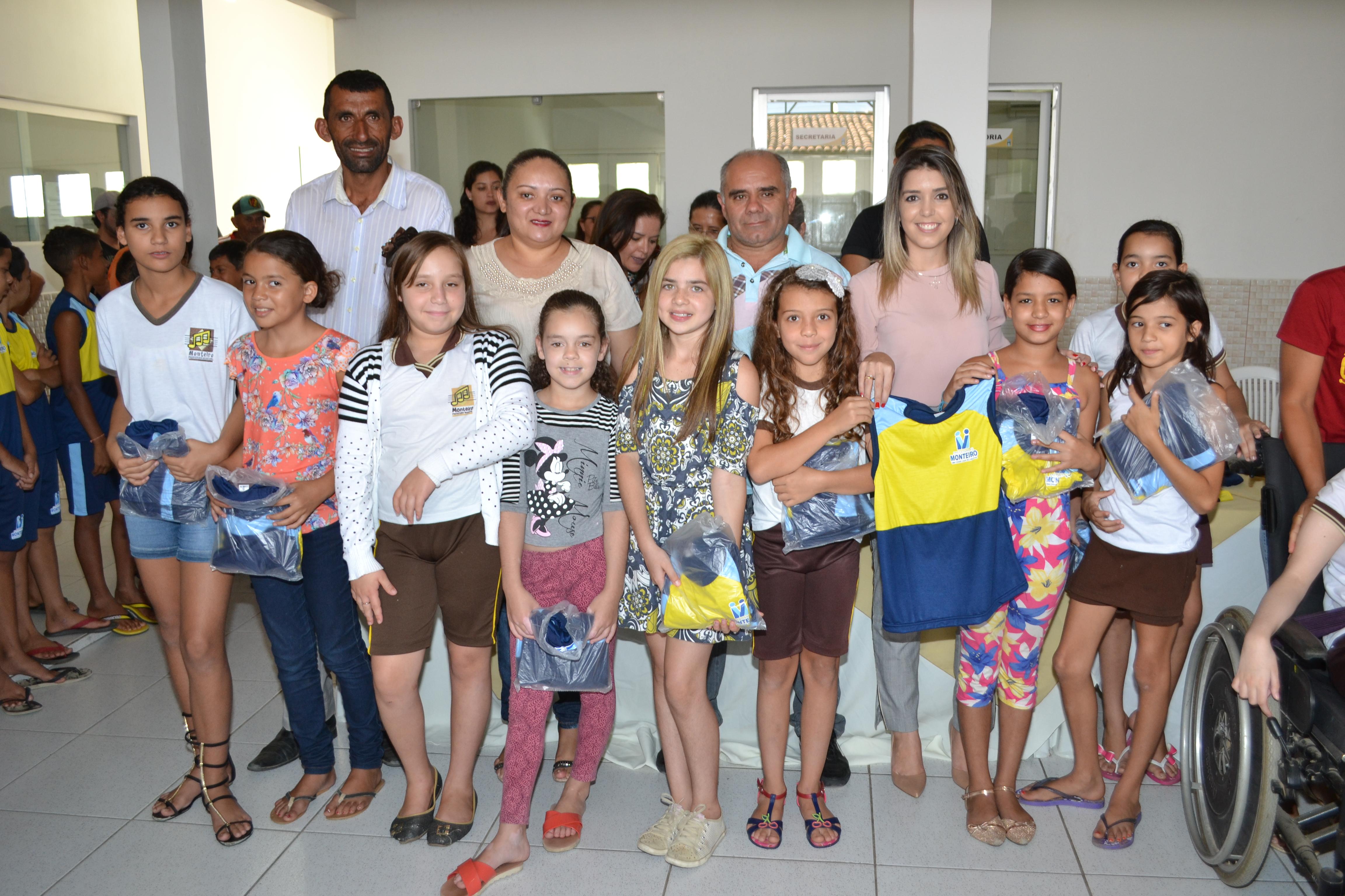 DSC_0381-300x200 Escolas Municipais de Monteiro recebem kit de fardamento das mãos da prefeita Lorena