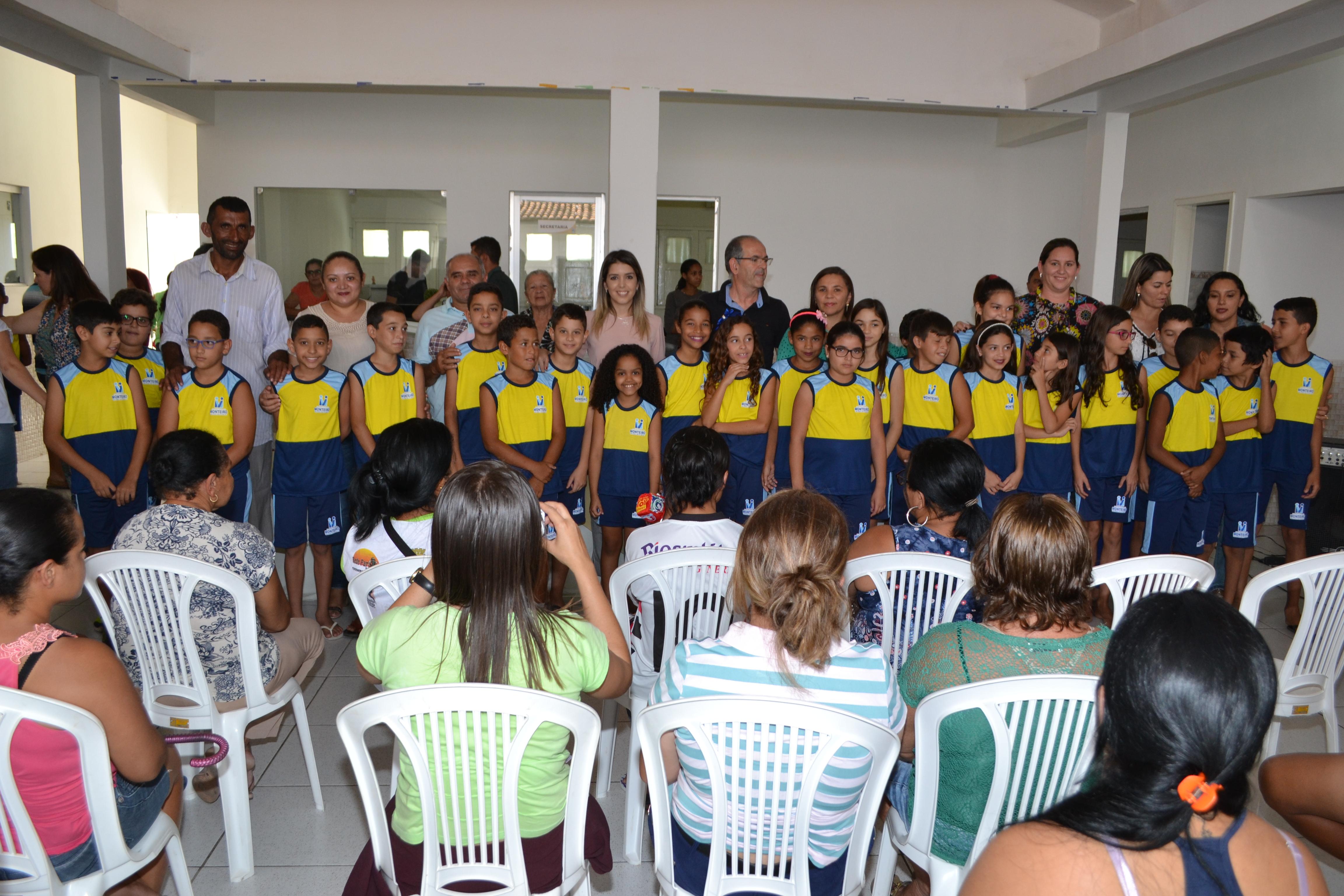 DSC_0385-300x200 Escolas Municipais de Monteiro recebem kit de fardamento das mãos da prefeita Lorena