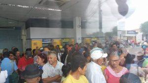 bancodobrasilmonteirocheio-3-300x169 Falta de dinheiro em caixas eletrônicos do BB em Monteiro deixa população revoltada