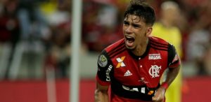 lucas-paqueta-comemora-o-gol-marcado-contra-o-cruzeiro-1504837847788_615x300-300x146 Violência, gol polêmico e falha: Fla e Cruzeiro empatam na primeira final