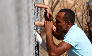 siria1-300x184-300x184 Separado por cerca, refugiado sírio beija filhos