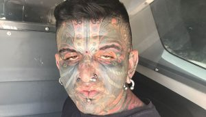 tatuado-300x171 Homem é preso após se masturbar para mulher e criança de 7 anos em SP