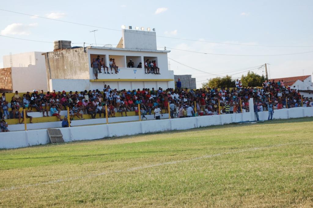 DSC_0045 População prestigia jogos da I Copa Dr. Chico na reabertura do Estádio Feitosão