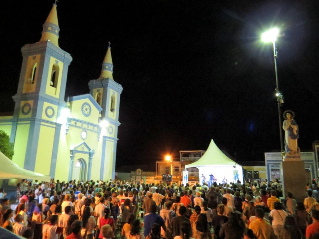 IMG_47881 Sertânia lota pátio da igreja matriz pra receber Teto Fonseca