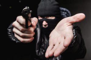 assalto-1-300x198 Dois homens armados roubam Moto, Celular e Dinheiro em Bar na zona rural de Monteiro