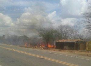 cabana-incendiada-300x218 Cabanas de acampamento são incendiadas em cidade do Cariri