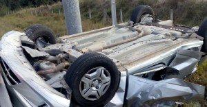 carro-capotado--300x156 Carro capota e fica danificado na BR-101