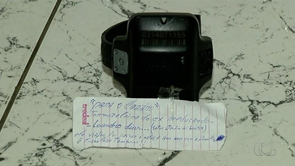tornozeleira Tornozeleira eletrônica é deixada com bilhete em delegacia: 'foi passar o Natal com a família'