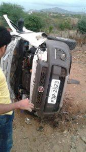 carro-capotado-169x300 Suspeito de roubar carro morre após capotar veículo em estrada do Cariri