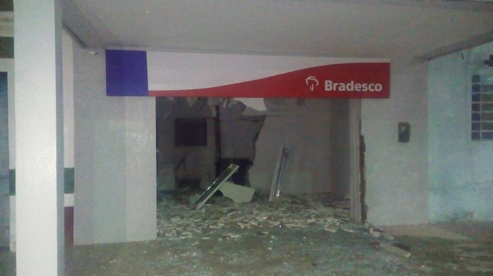 explosão-bradesco-300x168 Bandidos explodem agência bancária em cidade do Cariri
