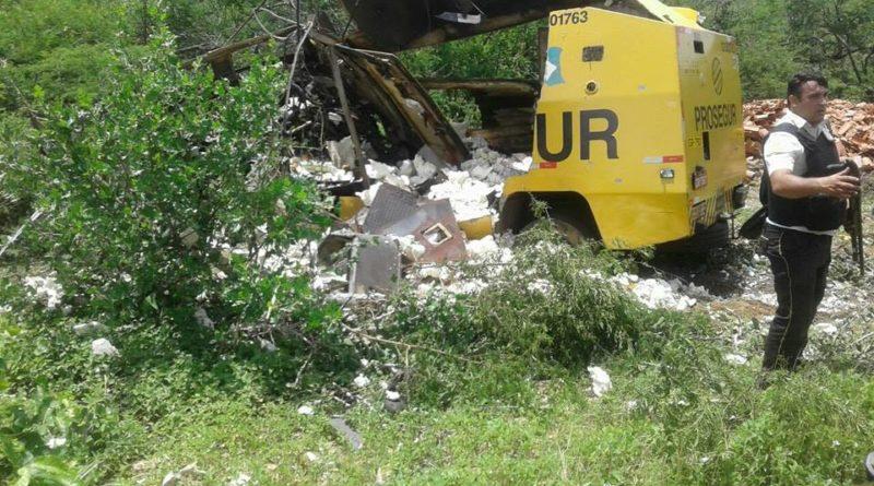 1-5-800x445 Bandidos explodem carro-forte no interior da Paraíba