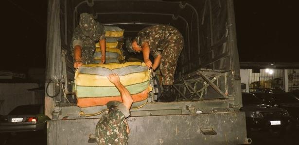 19fev2018-soldados-do-exercito-descarregam-pacotes-de-maconha-do-tipo-skunk-apreendidas-na-regiao-de-fronteira-entre-o-brasil-e-a-colombia-1519062156808_615x300 CV e Família do Norte exploram nova rota de tráfico de maconha na Amazônia