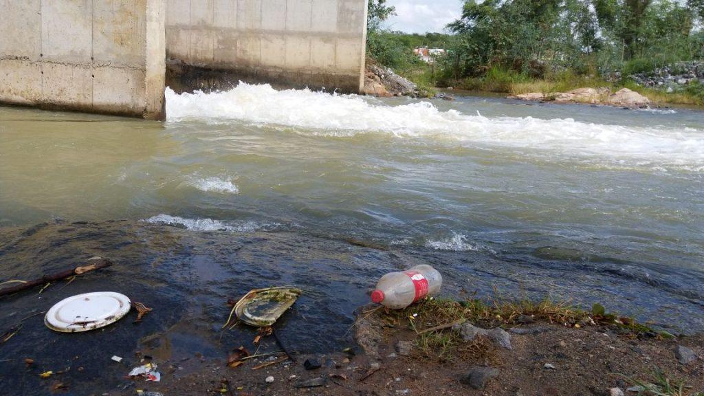 b9c7c4b4-0bc6-452f-84f7-8dde4aa3a7e8-1024x576 Banhistas põem em risco a preservação do Rio São Francisco em Monteiro.