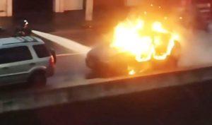 carrozn2-300x177 Homem incendeia carro ao saber que mulher teve filho com o vizinho