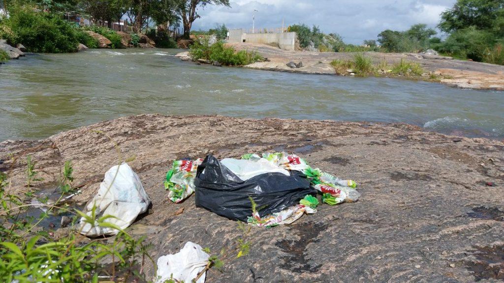 e125b7b1-917a-4234-b1f9-e6251bef0fcc-1024x576 Banhistas põem em risco a preservação do Rio São Francisco em Monteiro.