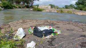 e125b7b1-917a-4234-b1f9-e6251bef0fcc-300x169 Banhistas põem em risco a preservação do Rio São Francisco em Monteiro.