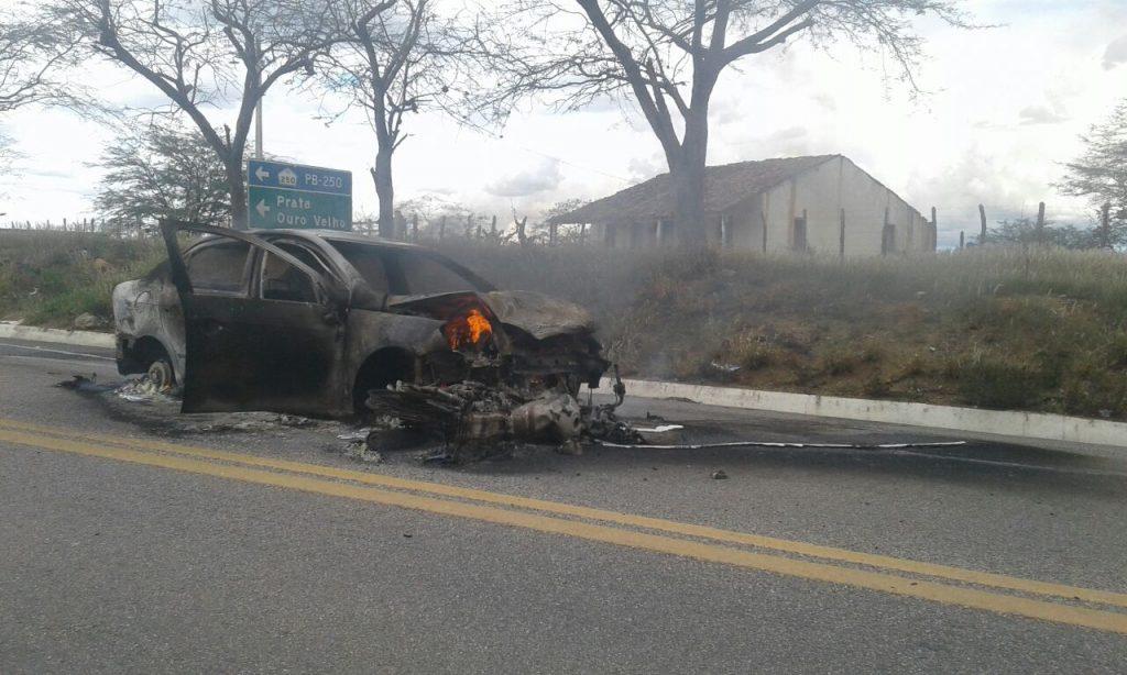 0563504b-5b12-4f4d-82f6-98536d4c4918-1024x614 Carro pega fogo após colisão com Moto na BR412, na entrada da Prata.