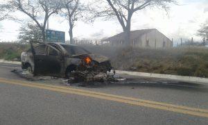 0563504b-5b12-4f4d-82f6-98536d4c4918-300x180 Carro pega fogo após colisão com Moto na BR412, na entrada da Prata.