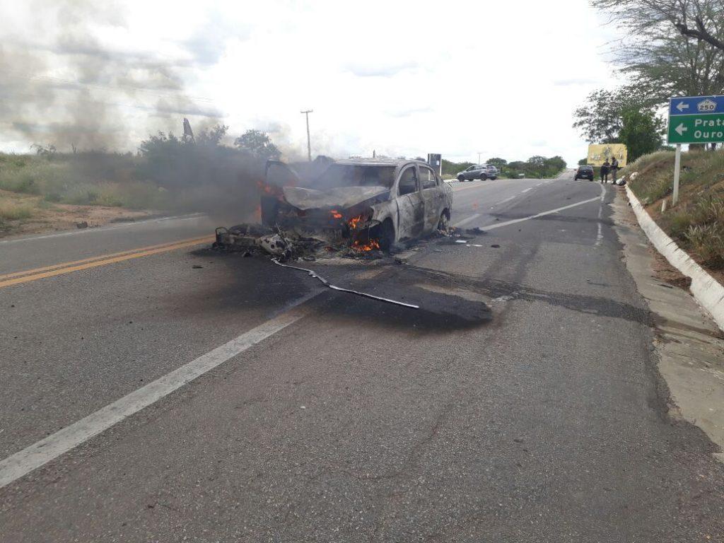 5c7a625e-6fa8-43b7-8372-e2435d1b2b01-1024x768 Carro pega fogo após colisão com Moto na BR412, na entrada da Prata.