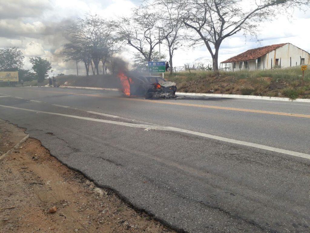 6887a1df-14b0-4da8-9be5-abc7a71a6f4f-1024x768 Carro pega fogo após colisão com Moto na BR412, na entrada da Prata.